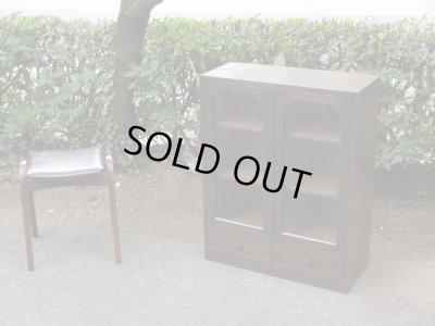 画像1: 昭和レトロ ラワン無垢材のガラス本箱 食器棚